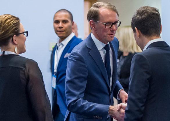 Mats Karlsson skakar hand med en person i ett affärsmöte