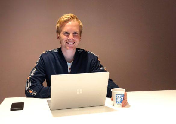 Bild på Oskar Johnsson sittandes med en dator redo för intervju