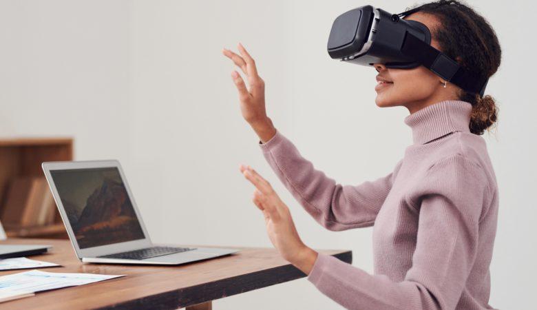 Person som använder VR-glasögon